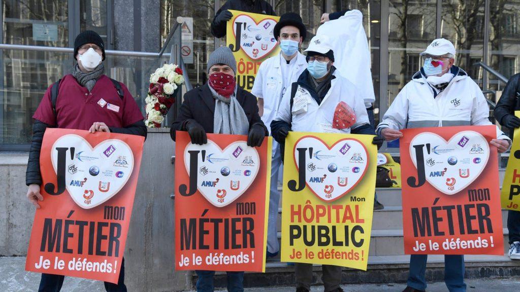 Rassemblement symbolique de soignants devant le ministère de la Santé, à Paris, le 14 février 2021